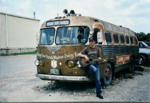 Chris devant le bus de Bob Wills & The Texas Playboys